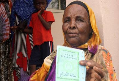 Femme votant pendant les elections